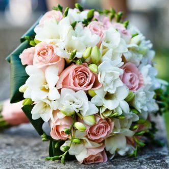 Букет невесты из роз и фрезий «Лучший день»