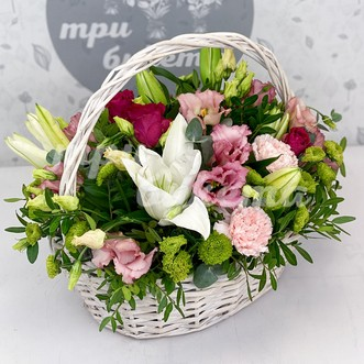 Корзина с розами и лилиями