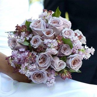 Букет невесты из маттиолы и роз «Счастливый случай»