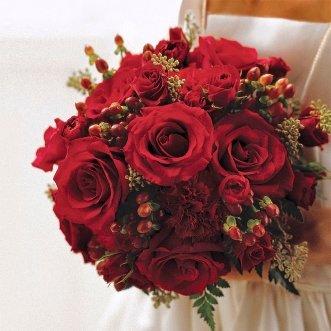 Букет невесты из роз и гиперикума «Соблазн»