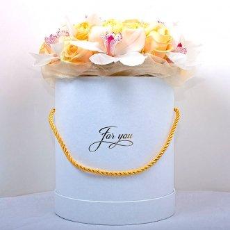 Орхидеи и розы в коробке