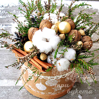 Орехи в новогодней коробке